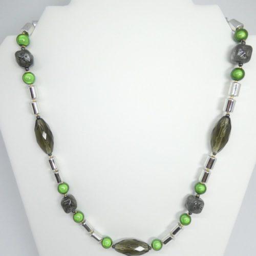 Le collier gris et vert sur son présentoir.
