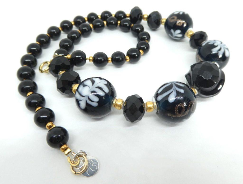 Collier noir et or et les rocailles Miyuki.