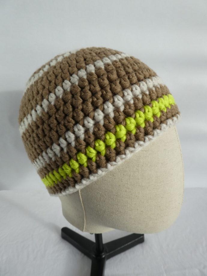 Vue de profil du bonnet en laine terre et beige.