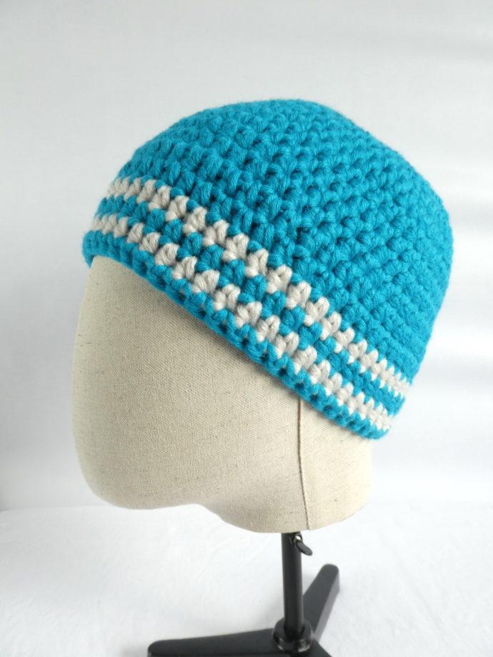 Le bonnet moelleux et chaud bleu en laine.