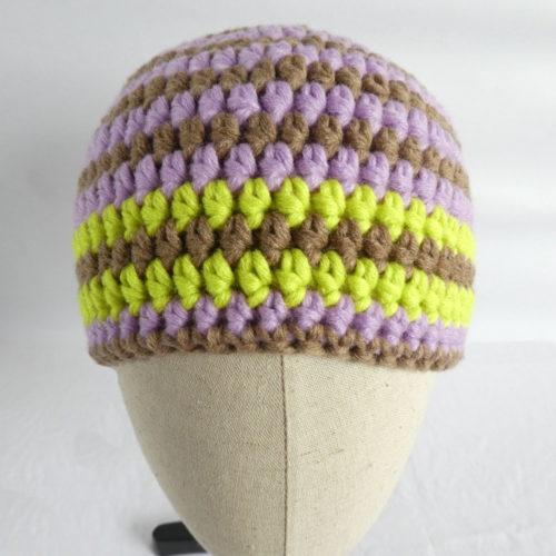 Le bonnet Cabourg a des rayures de couleurs terre, mauve et vert anis.