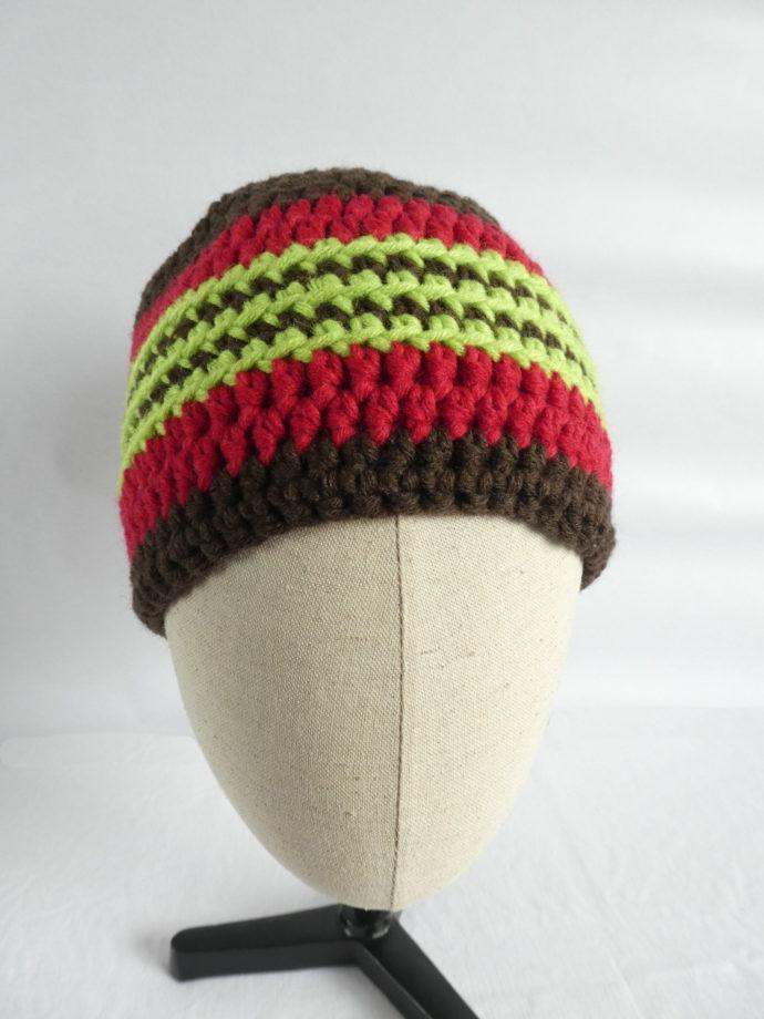 Le bonnet en laine marron et rouge et les trois rayures vert anis.at