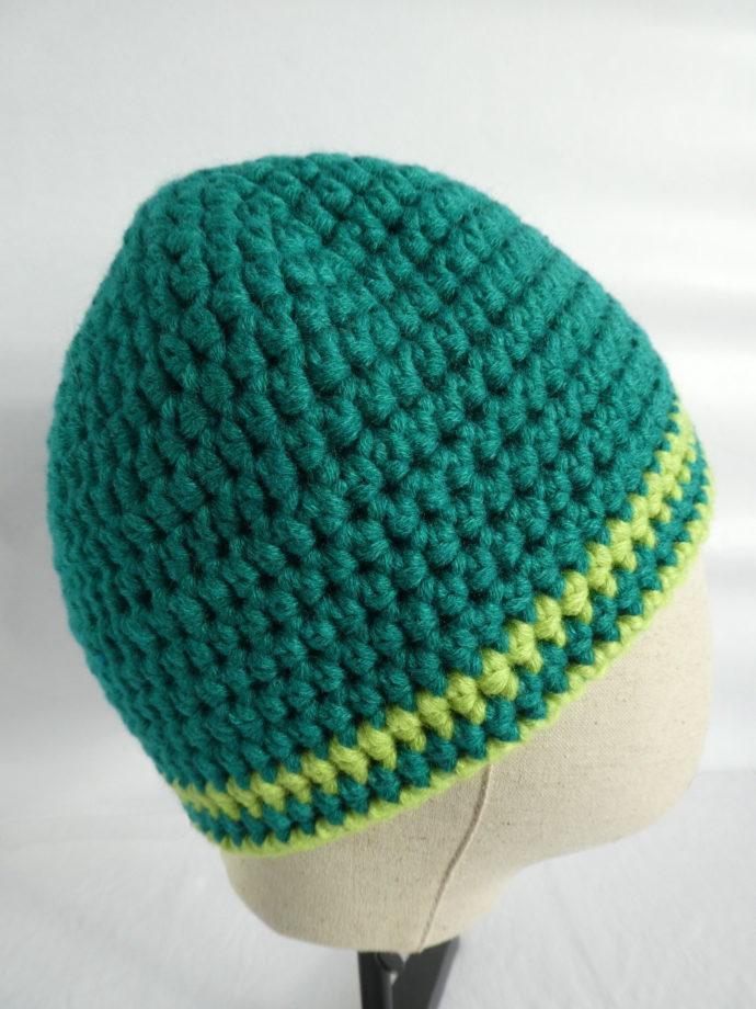 Le bonnet en laine vert Gaydon crocheté à la main.