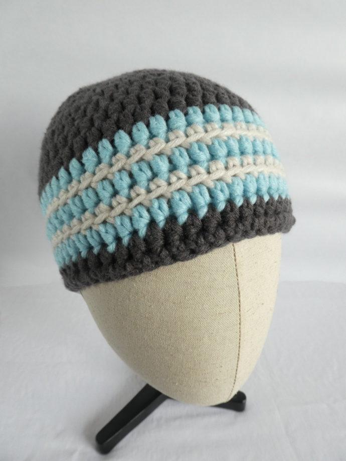 Le bonnet gris et bleu Granville sur le présentoir.