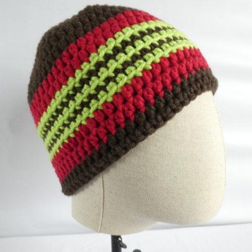 Il est fun le bonnet marron et rouge Etretat !