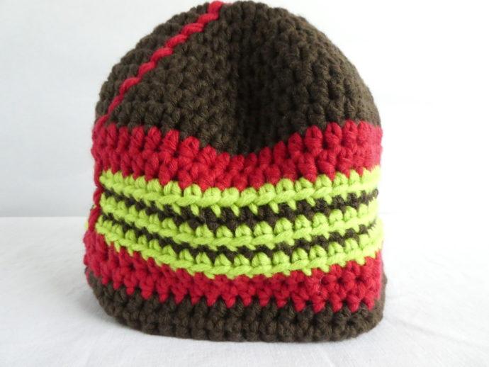 Gros plan du bonnet marron et rouge.