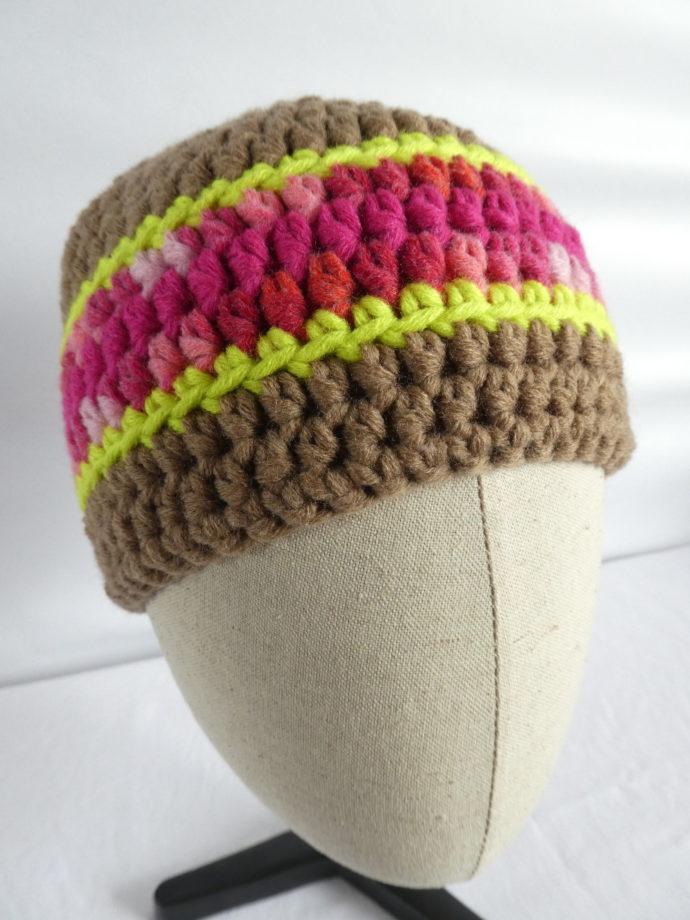 Le bonnet en laine crocheté terre et rose nommé Houlgate.
