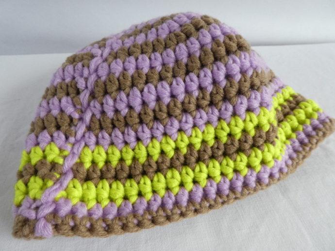 Le bonnet en laine terre et mauve.
