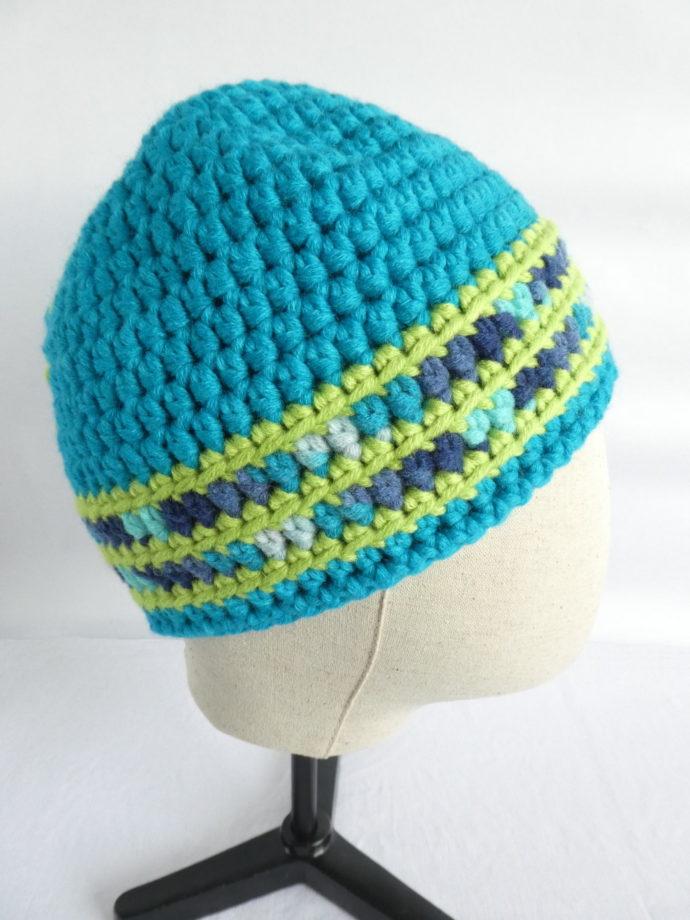 Vue de profil du bonnet bleu turquoise.