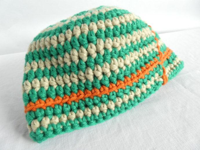La rayure orange rend le bonnet vert et beige bien sympathique.