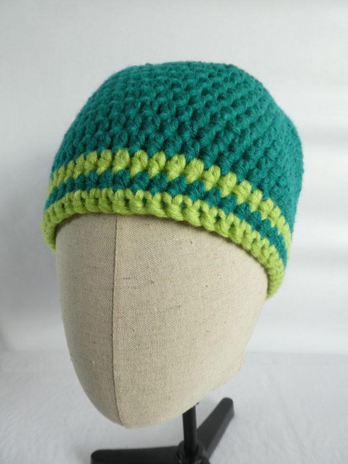 Le bonnet vert Gaydon en laine avec les deux rayures.