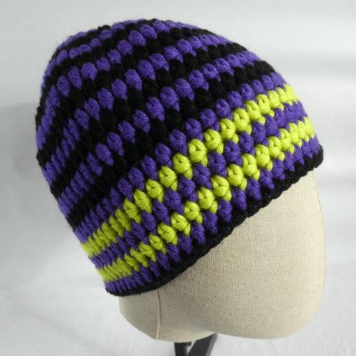 Bonnet Toulouse violet et noir avec rayures jaunes.