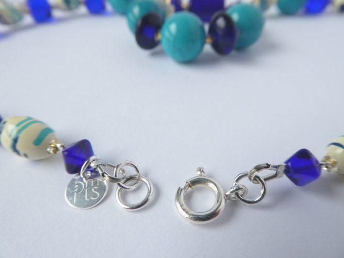 Le fermoir du collier pendentif bleu.