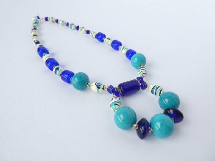 Le bleu cobalt et le turquoise du collier pendentif bleu.