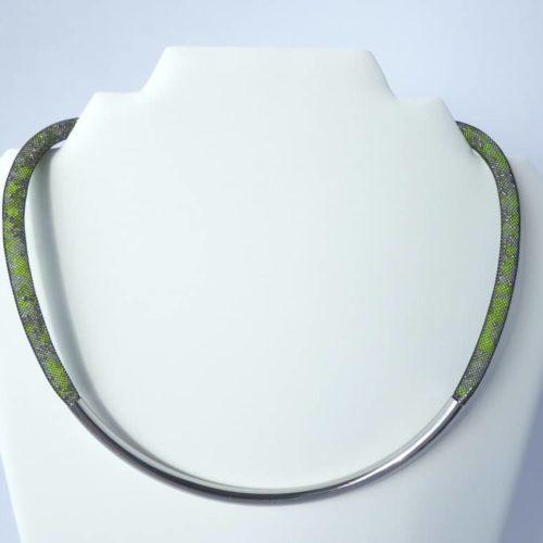 Collier résille tubulaire avec tube courbé en métal.