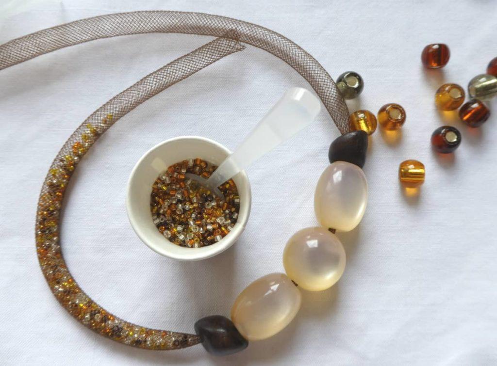 Le bon couple résille et contenu s'intègre au motif central du collier.