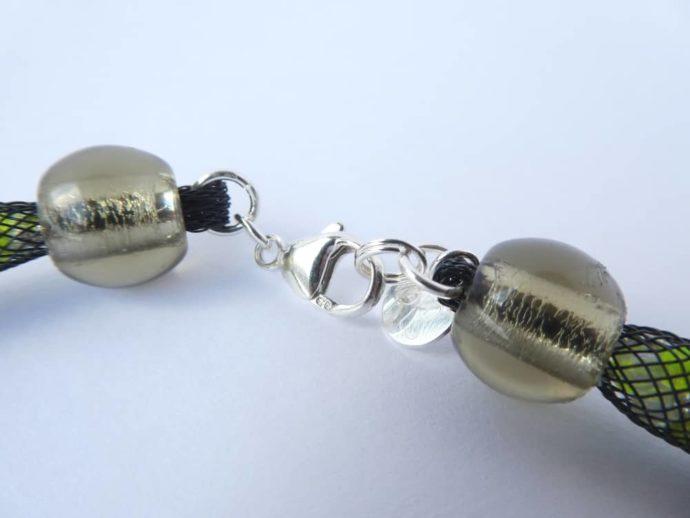 Le fermoir menotte en argent 925 du collier en résille tubulaire.