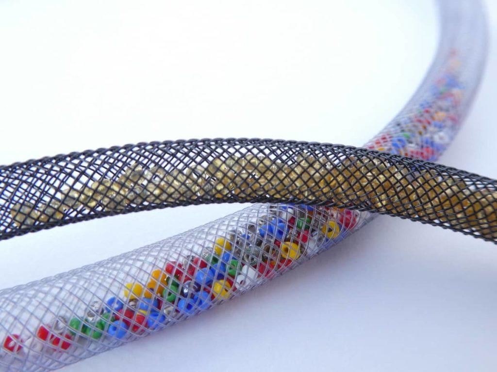 Quelques perles glissées à l'intérieur de la résille tubulaire.