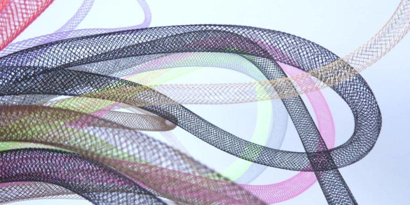 Des résilles tubulaires de différentes couleurs.