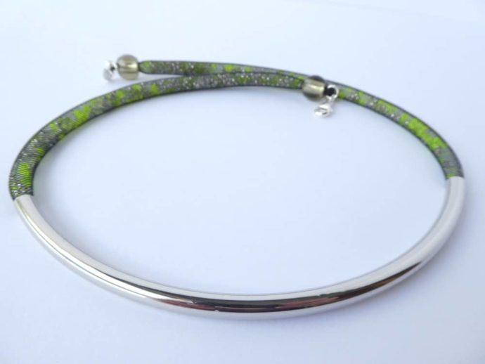 Le tube en métal courbé du collier en résille tubulaire.