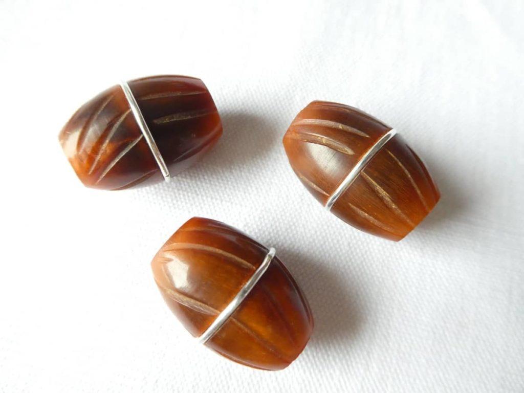 Le fil d'argent incrusté dans les sillons donne des perles uniques.