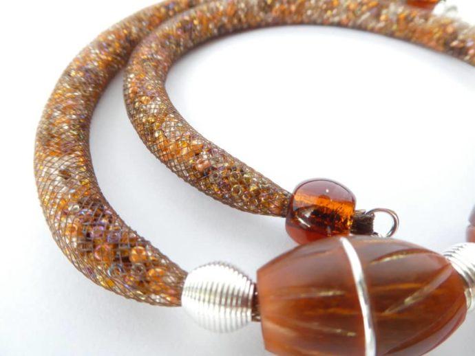 Les perles spirales et le fil d'argent serti dans les rainures des perles marron..