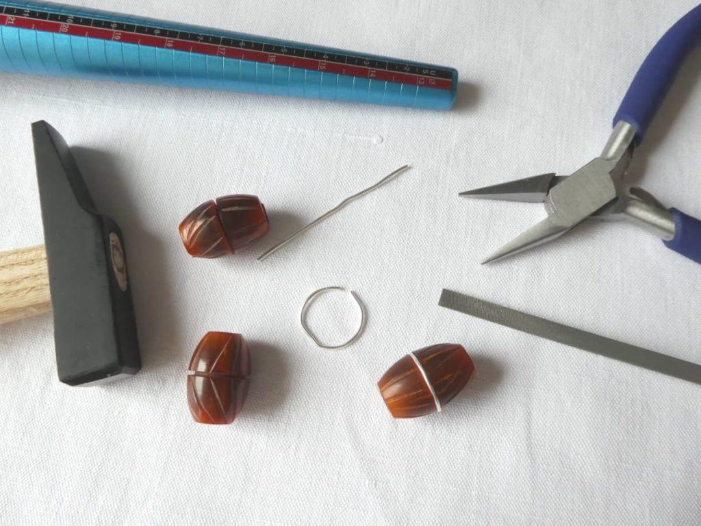 Le marteau, le triboulet, oultils utilisés pour incruster le fil d'argent.