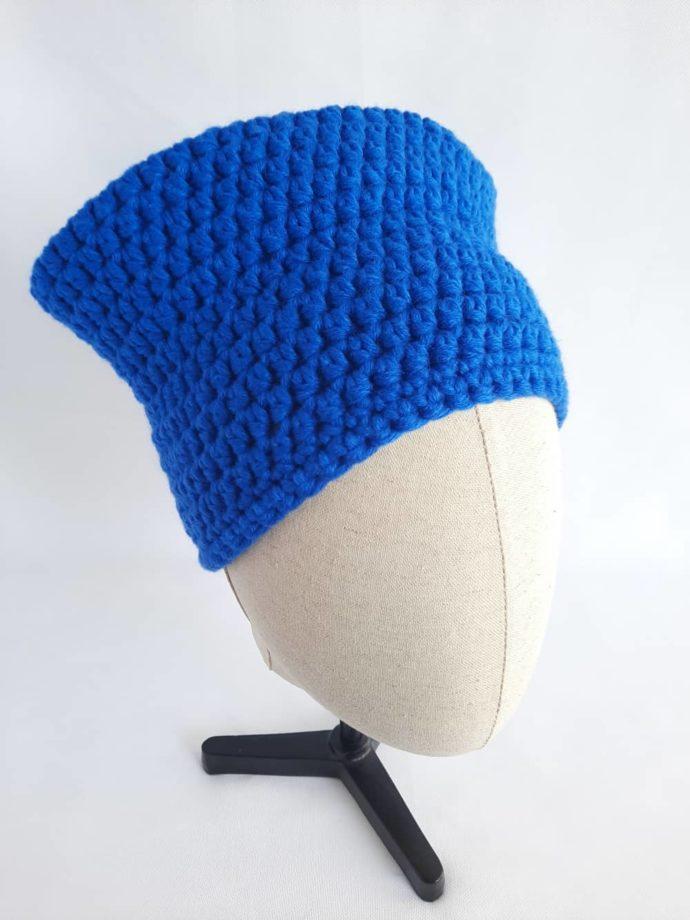 Une façon originale de porter le bonnet bleu en laine Dinard.