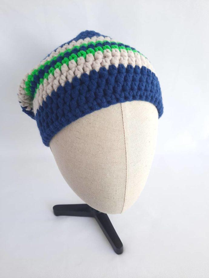 Du vert fluo éclaire le bleu marine du bonnet en laine Roscoff.