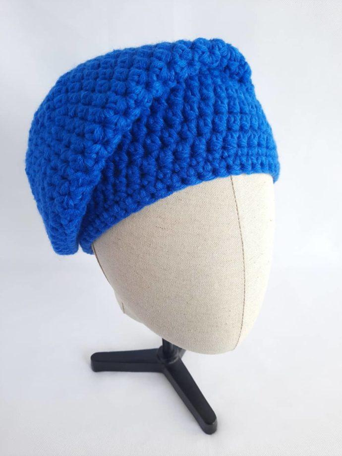 Le bonnet bleu en laine Dinard porté sur le côté.