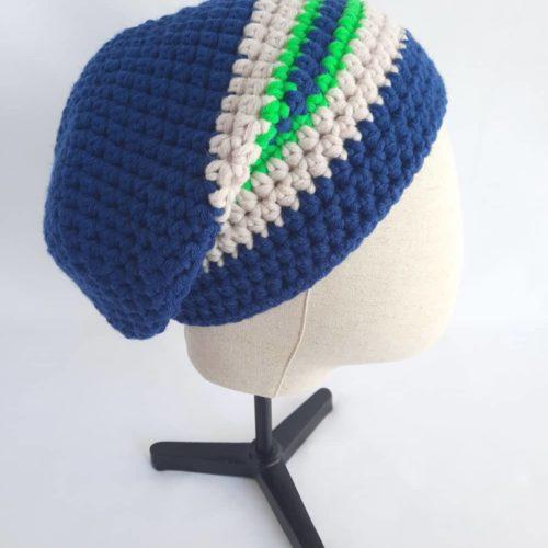 Vue de profil du bonnet en laine bleu marine Roscoff.