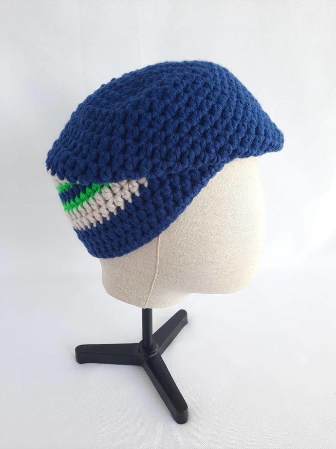 On peut porter le bonnet en laine bleu marine Roscoff façon casquette.
