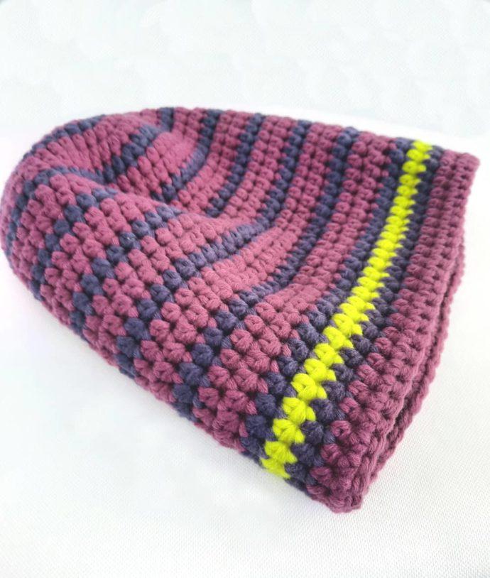 Un bonnet prune et cassis en laine crocheté à la main.