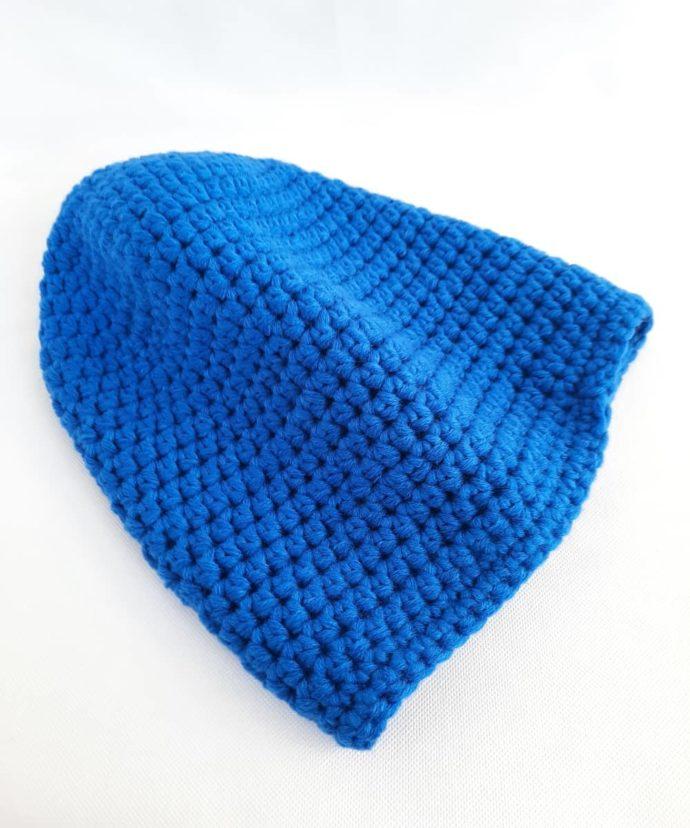 Un joli bleu uni pour ce bonnet en laine.