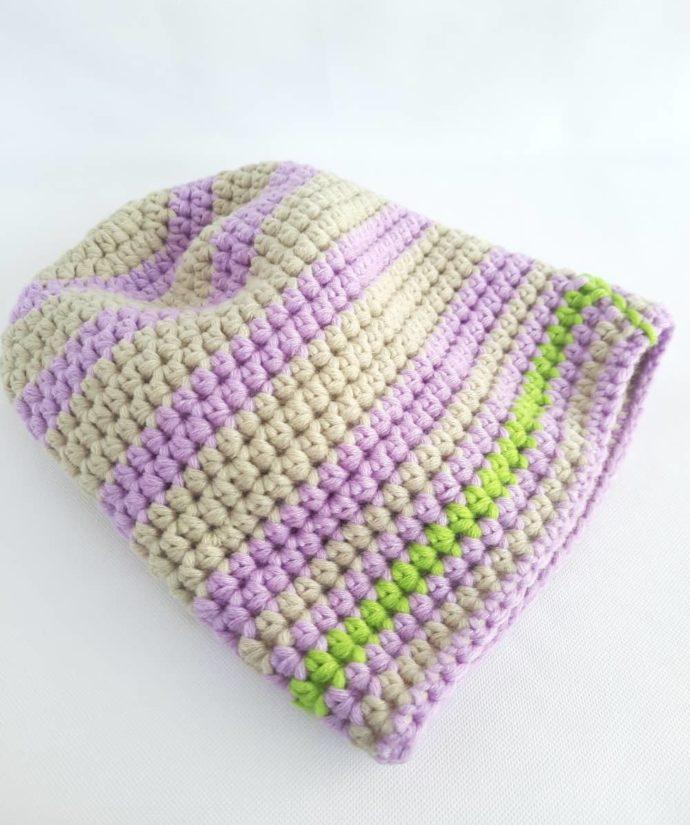Un peu de vert fluo pour ce bonnet mauve et chanvre en laine.