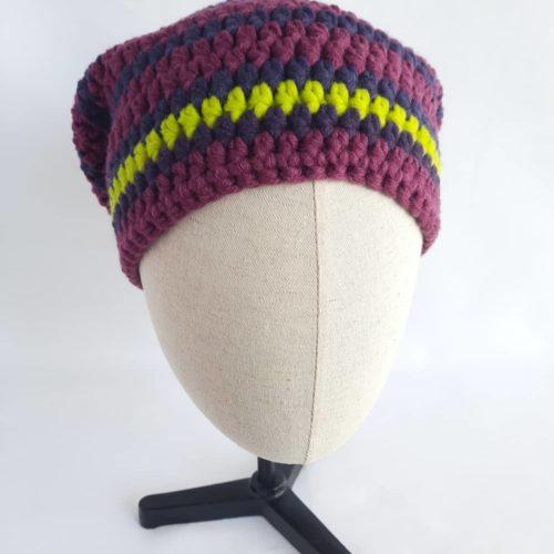 Un joli bonnet prune et cassis en laine Dinan.
