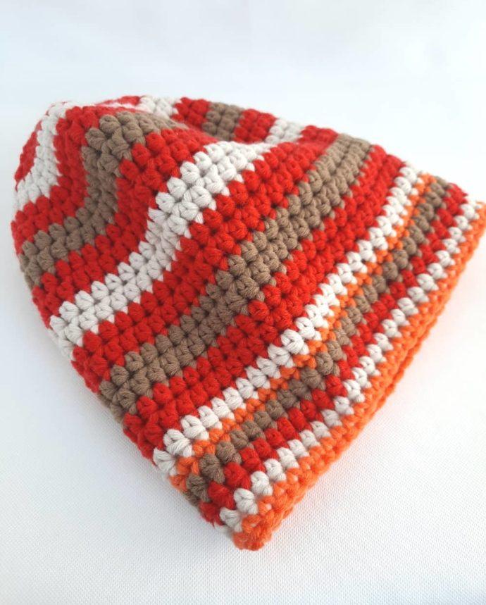 Le bonnet crocheté à la main en laine rouge.