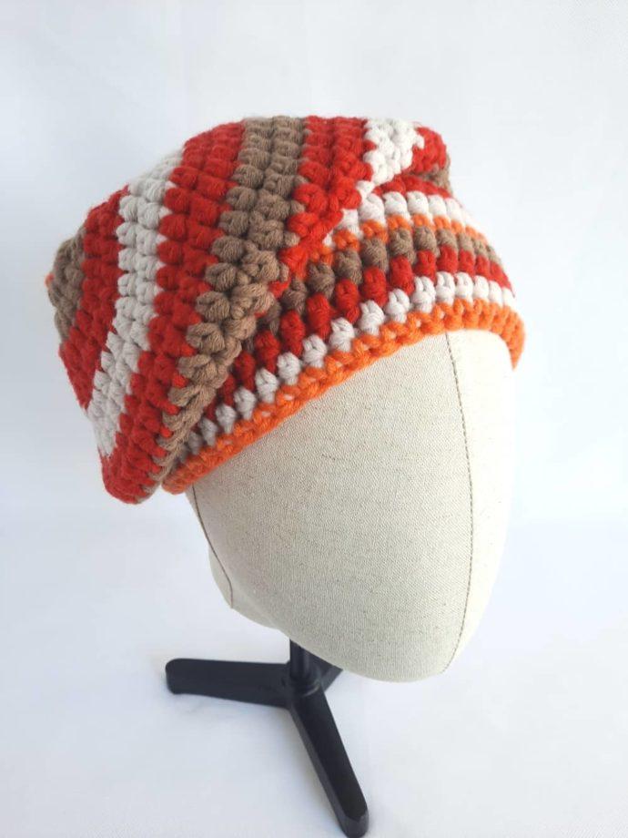 Le bonnet en laine rouge Morlaix penché sur le côté.