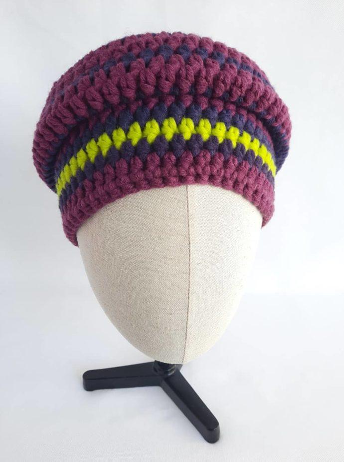 Prune et cassis sont les couleurs de ce bonnet en laine.