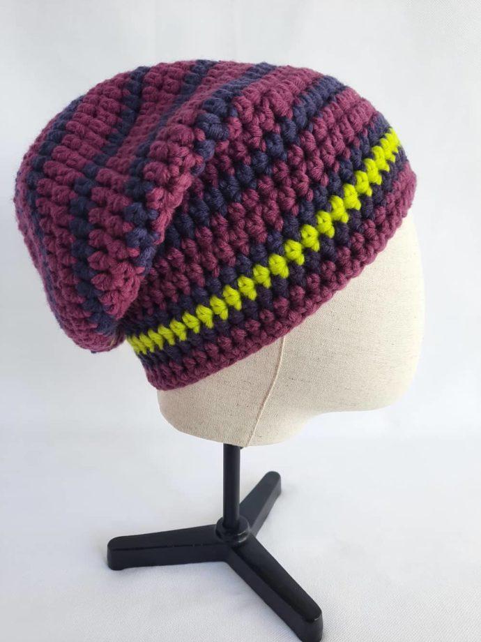 Un bonnet en laine aux couleurs de fruits rouges.