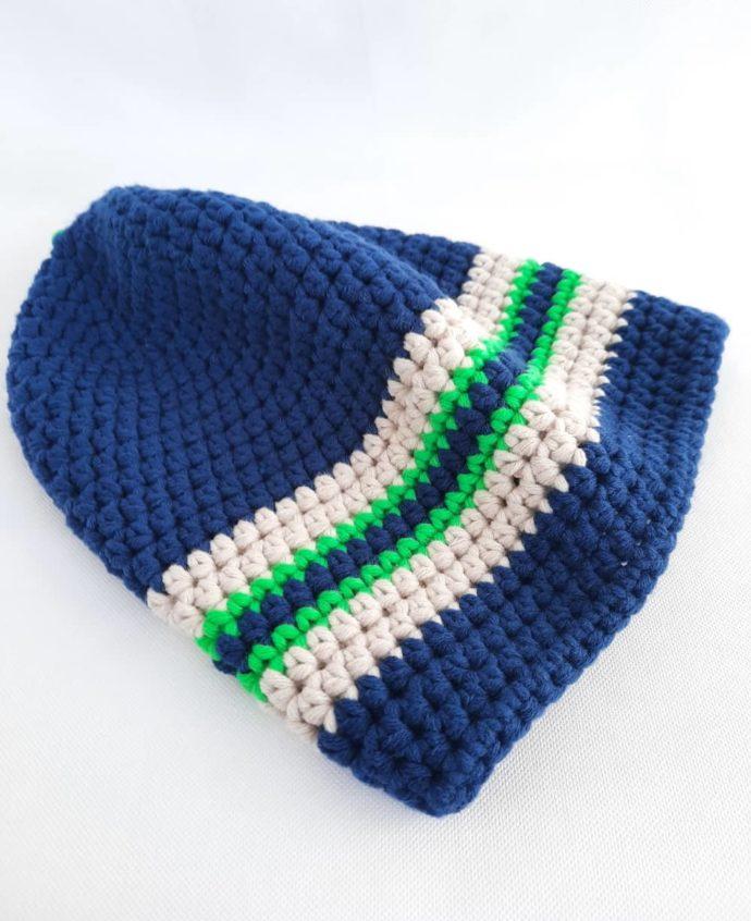 Gros plan sur les mailles crochetées du bonnet bleu marine Roscoff.