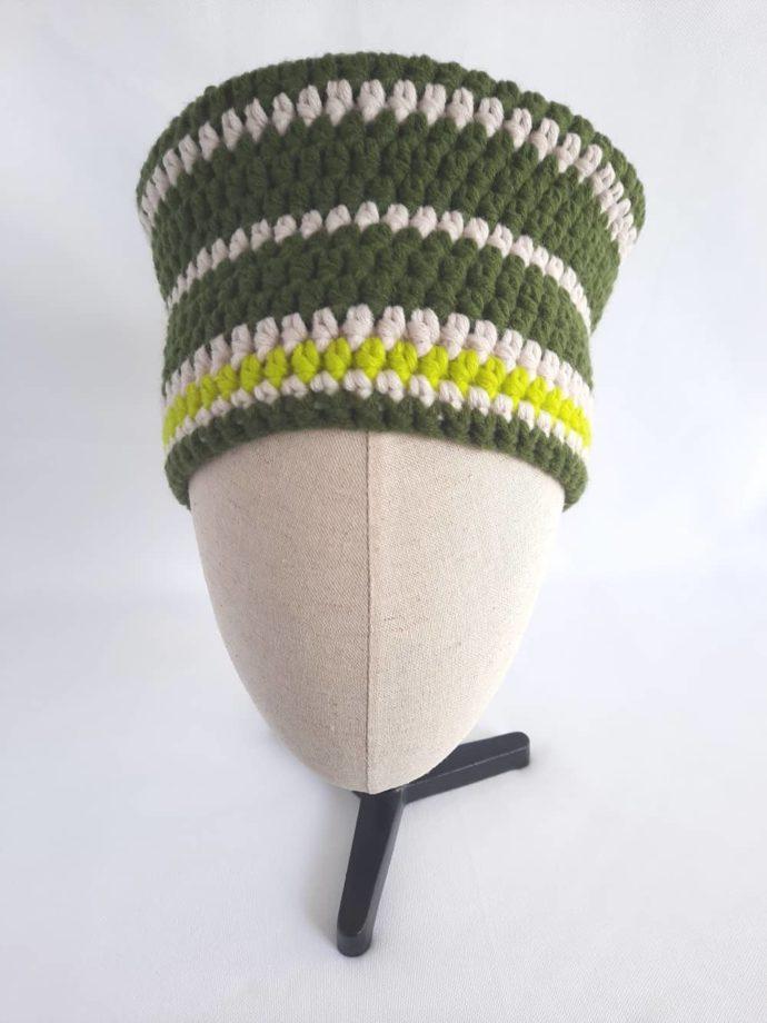 Le bonnet vert et écru en laine Huelgoat crocheté à la main.