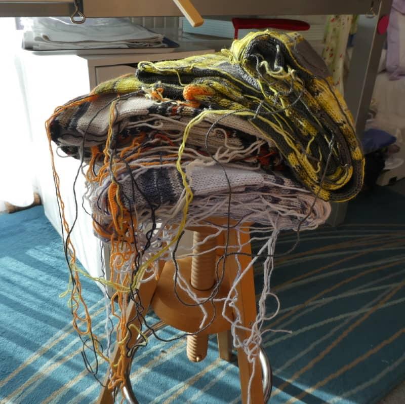 Les écharpes en laine fine en attente de finition.