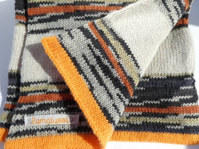 Des rayures chanvre et noires pour cette écharpe en laine fine à rayures.