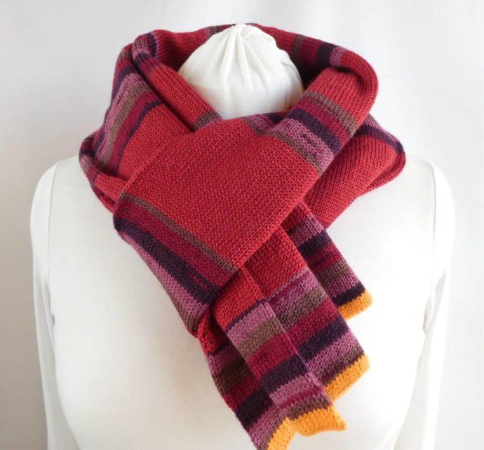 L'écharpe en laine fine à rayures couleurs fruits rouges.