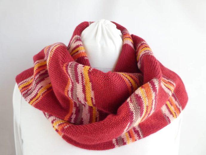 L'écharpe en laine fine à rayures rouges.