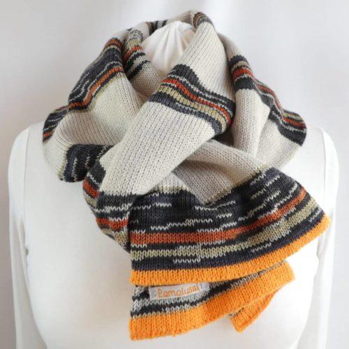 Elle est chaude et moelleuse l'écharpe en laine à rayures chanvre et noires.