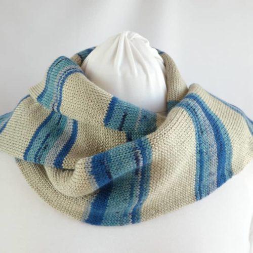 L'écharpe en laine fine à rayures chanvre et bleues.
