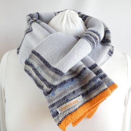 L'écharpe en laine fine à rayures bleues.