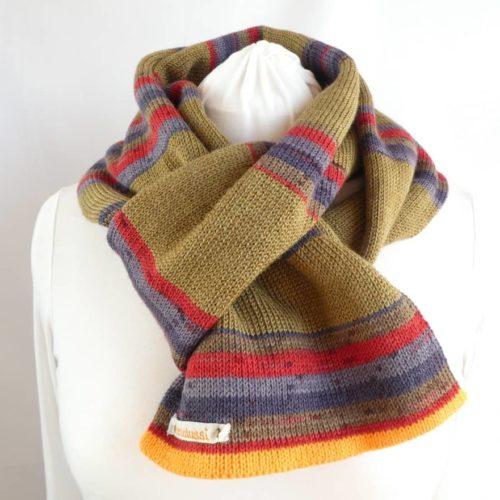 L'écharpe en laine fine à rayures kaki.